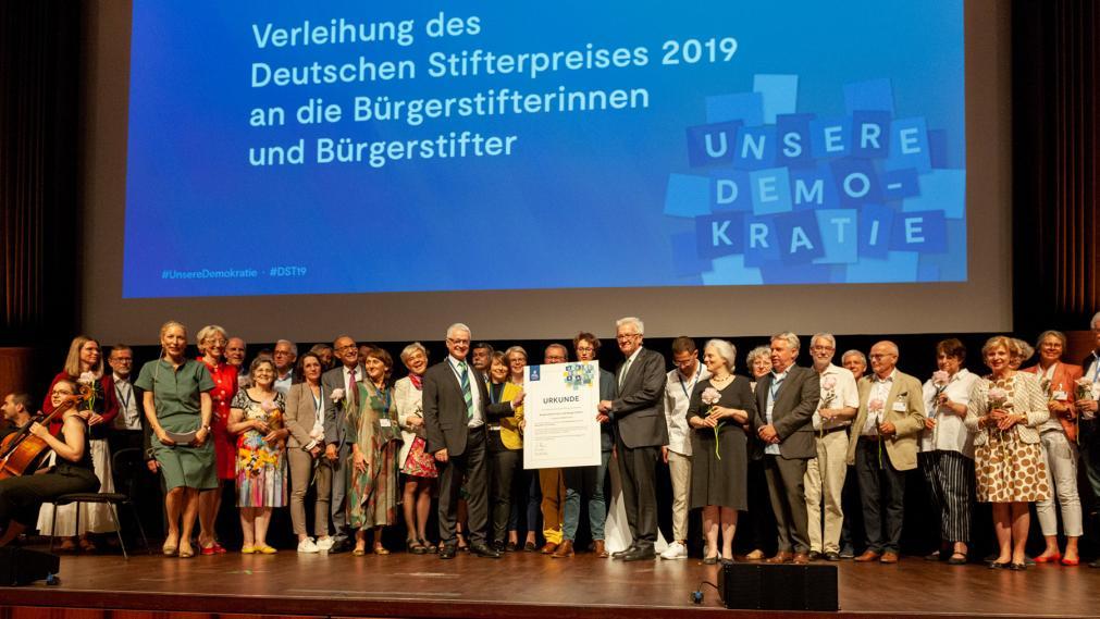 Bühnenbild vom Stiftungstag in Mannheim, Panorama mit ca. 100 Bürgerstifter/innen. Foto: Detlef Eden