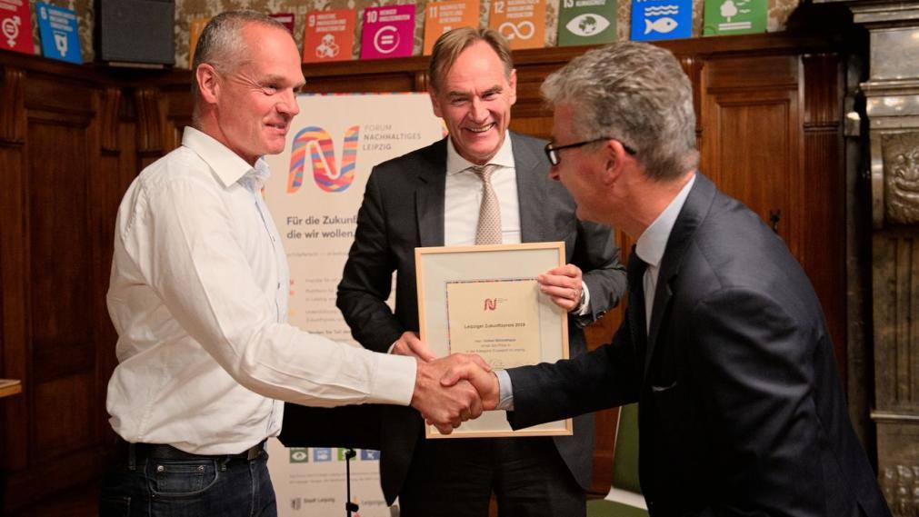 Volker Wönckhaus wird von OBM Burkhard Jung und Bodo Rodestock beglückwünscht