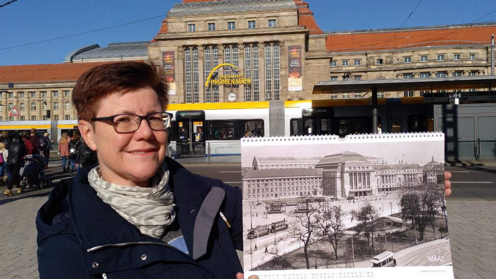 Angelika Kell mit Kalender 2020 vor dem Hauptbahnhof