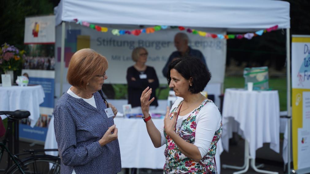 Daniela Trujillo und Evelin Voss im Gespräch vor dem Infostand