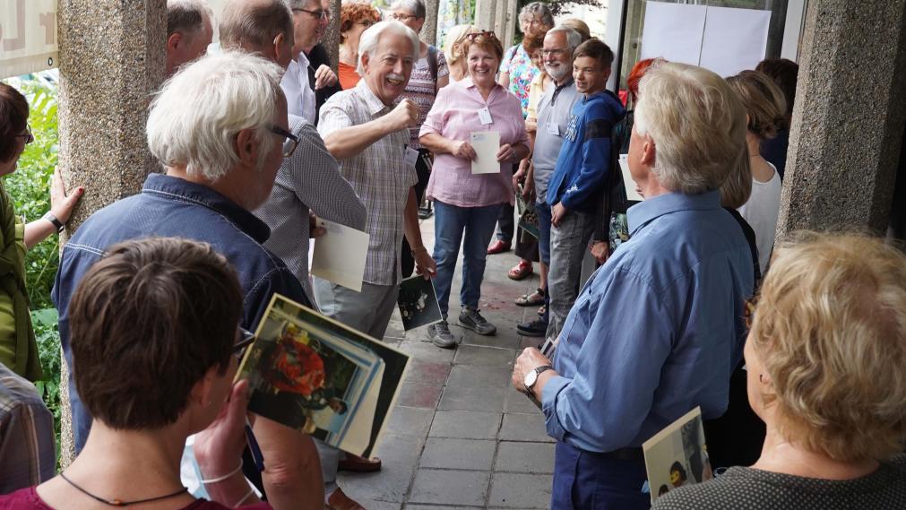 Hartmut Reichmann und große Gruppe an Stiftern singen Kanon