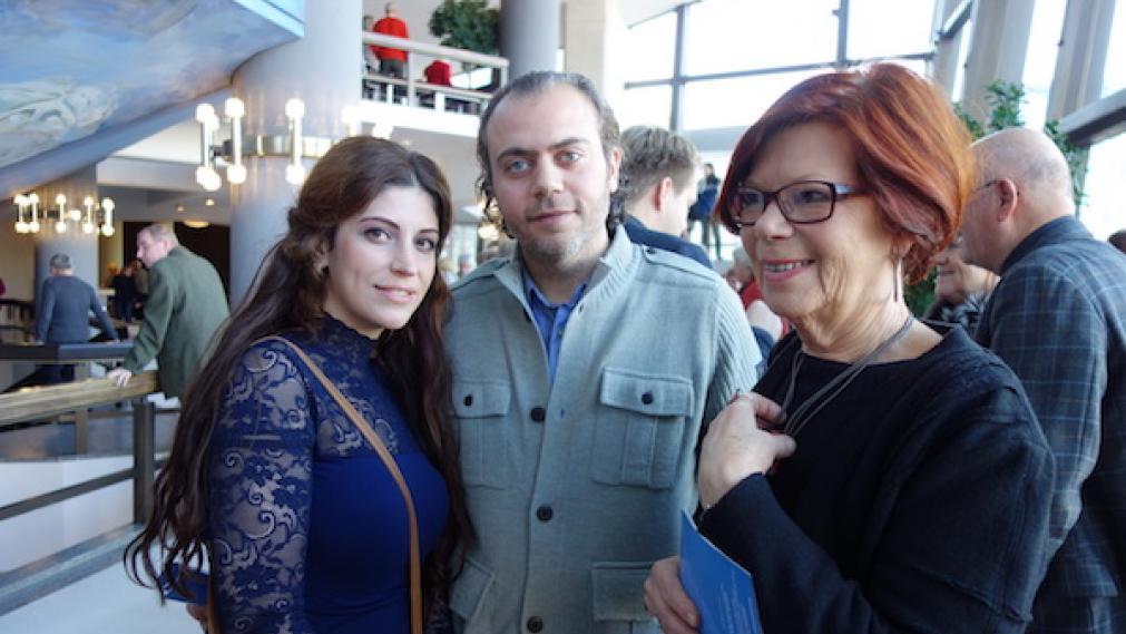 Stifterin Gisela Kallenbach mit Addham und Amal aus Syrien während der Konzertpause im Foyer des Gewandhauses.