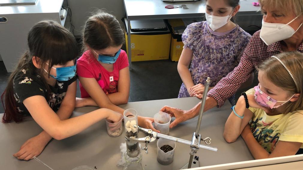 Kinder beobachten ein naturwissenschaftliches Experiment