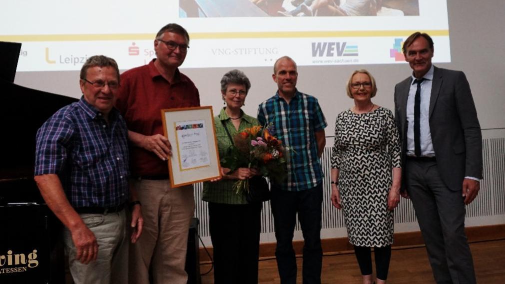 Die Preisträger erhalten eine Urkunde von Katrin Hart und OB Burkhard Jung