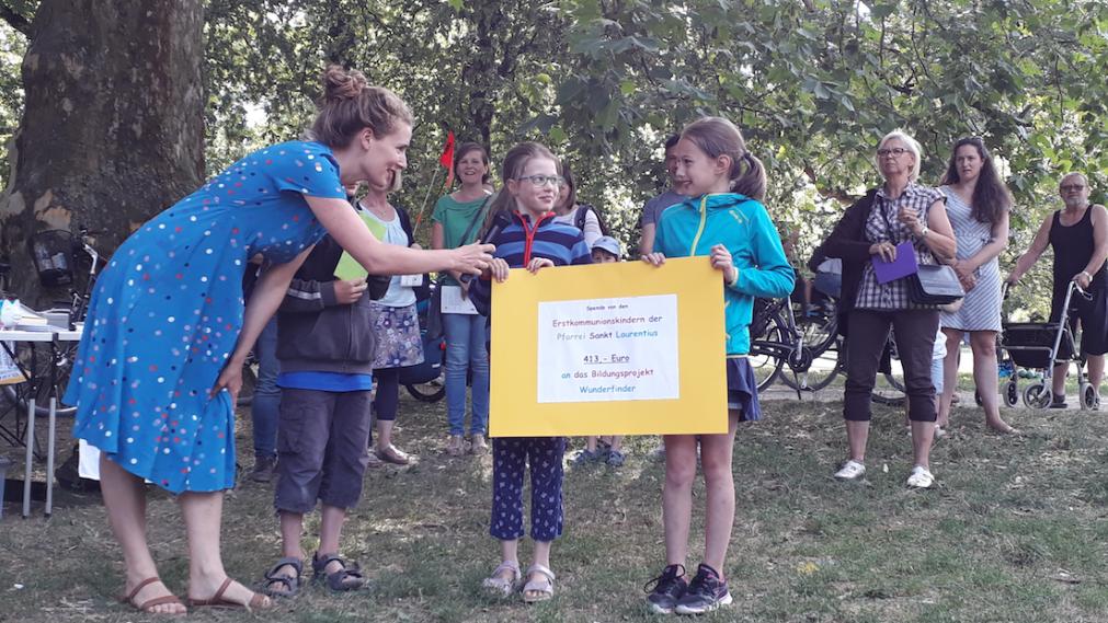 Spendenscheck-Übergabe Erstkommunionskinder St. Laurentius für die Wunderfinder
