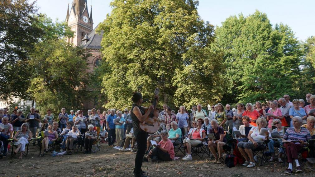 Bürgersängerinnen angeleteitet von Gabriele Lamotte beim letzten Singen im großen Kreis vor der Lutherkirche