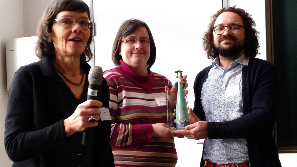Doris Voll übergibt den Preis an Annett Kussatz und Andreas Howiller