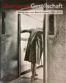 Titelseite Fotobildband ÜbergangsGesellschaft. Fotografien von Bernd Cramer 1985-2019